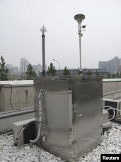 Pekin'deki Amerikan Büyükelçiliği binası üzerinde hava kirliliğinin ölçen cihaz