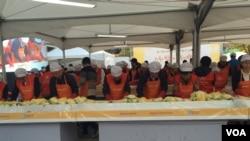 지난 20일 서울 여의도 중소기업중앙회마당에서 탈북민돕기 김장행사가 진행 중이다. 탈북민들과 외국인들도 함께 참여했다.
