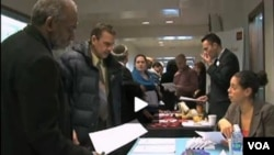Veteran militer AS ikut antri mendaftar kerja di suatu pameran tenaga kerja (Job Fair) (Foto: dok).