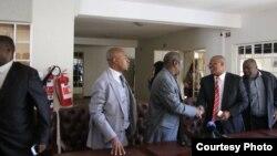 Morgan Tsvangirai et Welshman Ncube, leaders du MDC, se saluent peu après la signature du protocole d'entente à Harare, 20 avril 2017.