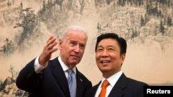 2013年12月5日,美国副总统拜登和中国国家副主席李源潮在北京钓鱼台国宾馆共进午餐前友好交谈。