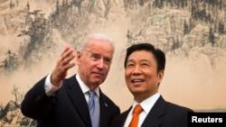 2013年12月5日,美國副總統拜登和中國國家副主席李源潮在北京釣魚台國賓館共進午餐前友好交談。