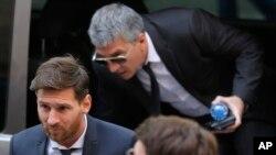 Lionel Messi, joueur de football de Barcelone, à gauche, arrive à un tribunal à Barcelone, Espagne, 2 juin, 2016. (AP Photo / Manu Fernandez)
