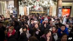 去年紐約梅西百貨節日購物人潮。(資料照片)