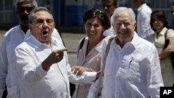 ປະທານາທິບໍດີຄິວບາ ທ່ານ Raul Castro (ຊ້າຍ) ໄປສົ່ງອະດີດປະທານາທິບໍດີສະຫະລັດ ທ່ານຈິມມີ ຄາຣ໌ເຕີ ຂະນະທີ່ທ່ານຄາຣ໌ເຕີ ອອກເດີນທາງຈາກສະໜາມບິນ Marti ໃນນະຄອນຫຼວງຮາວານາ (30 ມີນາ 2011)