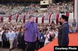 "Capres Prabowo Subianto memberi hormat kepada mantan Presiden SBY usai menyampaikan Pidato Kebangsaan ""Indonesia Menang"" di JCC, Senayan, Jakarta, Senin (14/1) (Courtesy: Prabowo-Sandi Media Center)"