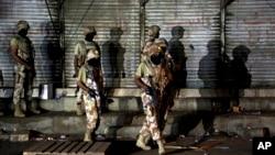 Pasukan paramiliter Pakistan ketika menghadapi militan di Karachi, Pakistan, 25 April 2017.