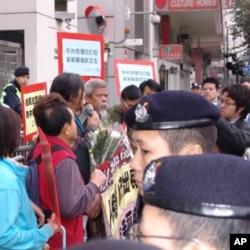 香港社民连活动人士中联办前抗议