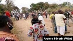 Manifestation des populations à Nkayi après le décès de Merveille Bazonzela, le 30 septembre 2020. (VOA/Arsène Séverin)