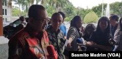Ketua Umum Asosiasi DPRD Kota Seluruh Indonesia (Adeksi) Armuji usai bertemu Menko Polhukam Mahfud MD di kantor Kemenko Polhukam, Jakarta, Kamis, 20 Februari 2020. (Foto: Sasmito Madrim/VOA)