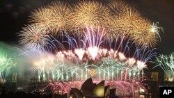澳大利亚在悉尼歌剧院上空燃放烟火迎接2012年新年的到来