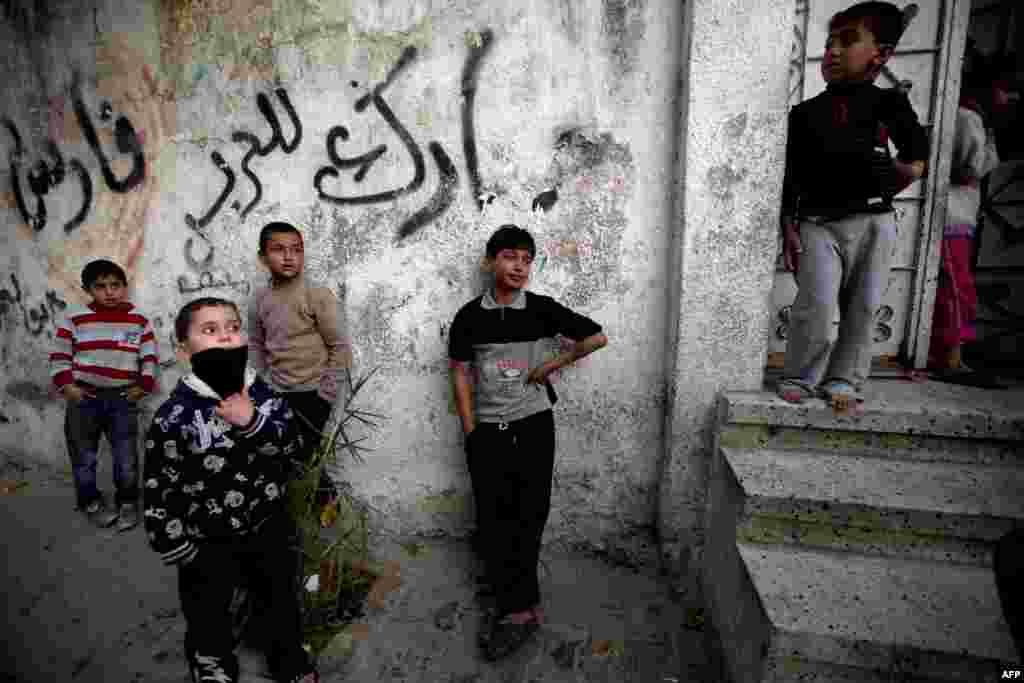 가자지구 북부에서 이슬라엘 군에 총을 맞아 사망한 20살 팔레스타인 여성의 장례식이 거행된 가운데, 아이들이 장례식에 참석했다.