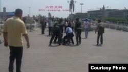 天安门城楼下访民被抓(图片由六四天网提供)