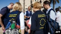 Les observateurs arrivent dans le cadre du déploiement de 44 observateurs à long terme de la mission d'observation électorale de l'Union européenne dans la capitale Harare, le 23 juin 2018.