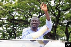 Opposition leader Kizza Besigye waves to his supporters prior to his arrest at gunpoint in late April.