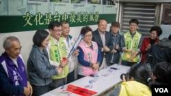 民进党主席蔡英文为本党的台中立委候选人站台。(美国之音记者方正拍摄)