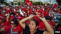 Para anggota Kaos Merah berdemonstrasi di jalanan Bangkok akhir pekan lalu, untuk memperingati enam bulan insiden berdarah di kota ini.