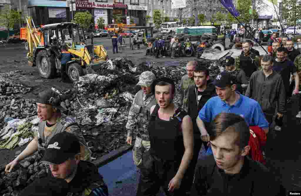 Meydandakı özünümüdafiə dəstələri - Kiyev, 23 aprel, 2014