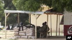 Sojojin Najeriya su na gadin wani wurin binciken ababen hawa a Maiduguri, Jihar Borno, daya daga cikin wuraren da aka fi samun tashin hankali a kasar.