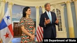 La vicepresidenta y canciller panameña, Isabel de Saint Malo de Alvarado, junto al secretario de Estado John Kerry.