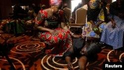Dua orang perempuan menghibur seorang ibu dari siswi yang termasuk dalam 200 korban penculikan di Chibok, usai jumpa pers di Lagos, Nigeria (5/6). (Reuters/Akintunde Akinleye)