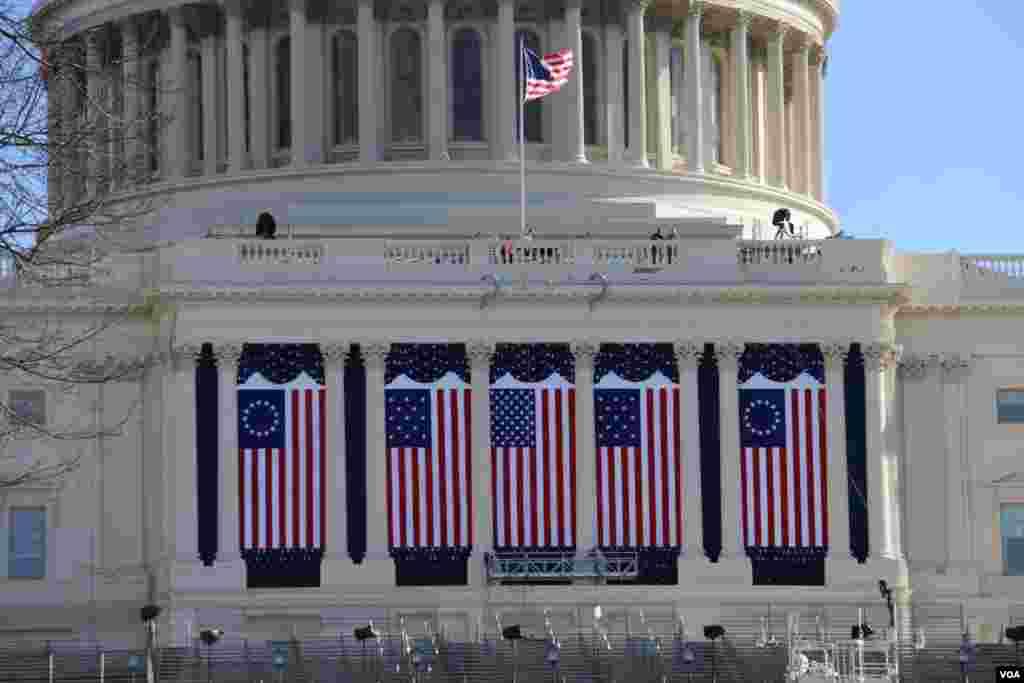 آرایش پرچم آمریکا در سه طرح مختلف. ۱۳ نوار سفید و قرمز نماد ایالت های بنیانگذار آمریکا و پنجاه ستاره به نمایندگی از پنجاه ایالت آمریکا.