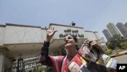 Una mujer egipcia espera a las afueras del hospital militar de Maaddi, donde se encuentra internado el derrocado presidente egipcio, Hosni Mubarak.