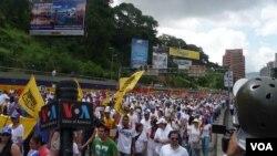 En Caracas, cientos de miles de opositores anegaban una arteria vital de la capital, a pesar del cierre de varias estaciones del Metro y el bloqueo de algunas vías. Foto: Álvaro Algarra, VOA.