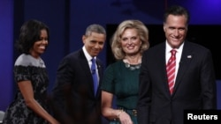 Prezida Barack Obama n'Umutambukanyi wiwe, Michelle Obama n'uwo Bahiganwa, Mitt Romney and n'Umupfasoni wiwe, Ann Inyuma yuko Barangije Guharira mu Ntara ya Florida, kw'Iitaliki 22 z'Ukwezi kw'Icumi.