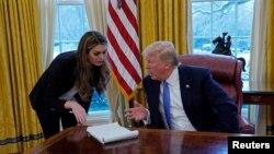 Hope Hicks (esq) e Donald Trump, durante entrevista à Reuters, 17 de janeiro de 2018
