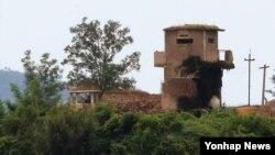 남북 고위 당국자 접촉 공동 합의문이 발표된 25일 경기도 서부전선에서 바라본 북한 군 초소에 경계근무를 서는 병사들 모습이 보인다.