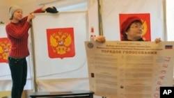 俄罗斯选举委员会成员为12月4日的议会选举正在布置一个投票站