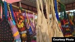 Noken atau tas rajut khas Papua biasanya terbuat dari kulit kayu, bunga anggrek, daun tikar, tali rami atau anyaman daun pandan.