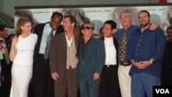 Para bintang 'Lethal Weapon 4' termasuk Mel Gibson (tengah) berpose bersama di depan Mann's Chinese Theater, Hollywood, untuk pemutaran perdana film tersebut, 7 Juli 1998.