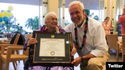 ایمی کریتان، ۹۴ ساله، در یک مراسم غیر مترقبه لیسانس اش را از مدیر دانشگاه، پال لوبلانک دریافت کرد