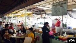 Banyak pekerja Indonesia (TKI) yang bekerja sebagai pelayan di rumah makan di Kuala Lumpur, Malaysia (Foto: dok)
