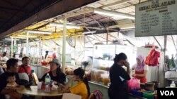 Banyak tenaga kerja Indonesia (TKI) bekerja di warung makan (restoran) di Kuala Lumpur, Malaysia (VOA/Munarsih).