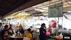 Para TKI sedang bekerja di sebuah restoran di Kuala Lumpur, Malaysia (foto: VOA/Munarsih).