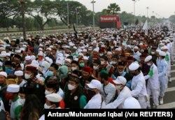 Para pendukung Ketua Front Pembela Islam (FPI) Rizieq Shihab memenuhi jalan tol menuju Bandara Soekarno-Hatta untuk menjemput Rizieq yang kembali ke Tanah Air dari Arab Saudi, Selasa, 10 November 2020. (Foto: Antara via Reuters)