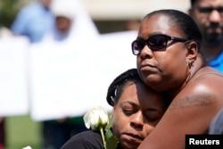 Dos mujeres participan en una vigilia de oración en Dayton, Ohio, después de un tiroteo que dejó 9 muertos y decenas de heridos. Agosto 4 de 2019. REUTERS/Bryan Woolston.