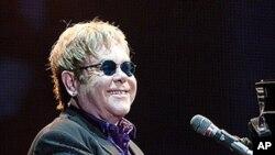 지난 3일 미국 산호세 시 콘서트장에서 영국가수 엘튼 존.