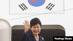 박근혜 한국 대통령이 25일 아프리카 3개국과 프랑스 국빈 방문을 위해 성남 서울공항에서 출국하며 인사하고 있다.
