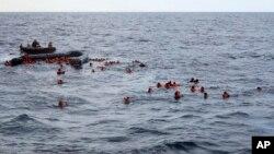 Migrantes resgatados no Mediterrâneo (Foto de Arquivo)