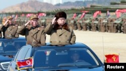Lãnh tụ Kim Jong Un tham gia vào một cuộc duyệt quân không rõ địa điểm ở Bắc Triều Tiên. Ảnh do hãng tin nhà nước Bắc Triều Tiên KCNA công bố hôm 25/3/2016. Seoul tố cáo Bình Nhưỡng gây nhiễu tín hiệu GPS ở Nam Triều Tiên, làm ảnh hưởng đến hoạt động thông tin liên lạc.