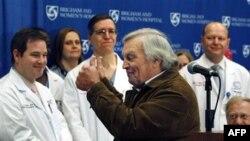 Toán bác sĩ thực hiện cuộc phẩu thuật cho bệnh nhân Dallas Wiens dự cuộc họp báo cùng với người ông của bệnh nhân