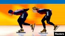 Los patinadores de velocidad estadounidenses Derek Parra (izquierda) y Jennifer Rodriguez (derecha) entrenan en el Óvalo Olímpico de Utah, en Salt Lake City, el 5 de febrero de 2002.