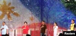 Các ứng cử viên tổng thống Philippines hát quốc ca trước khi bắt đầu một cuộc tranh luận tổng thống ngày 24 tháng 4 năm 2016 ở thành phố Dagupan.