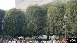 Residentes de la capital disfrutando de la naturaleza en el Jardín de las Esculturas, del Museo Smithsonian.
