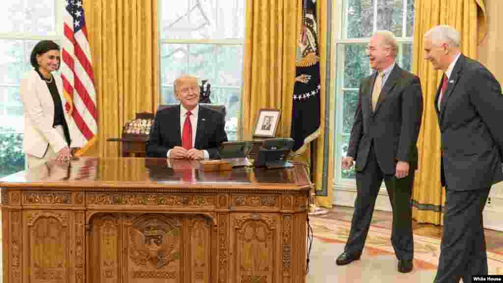 رئیس جمهور ترمپ حدوداً هر روز با شماری از اعضای کابینه اش دیدار می کند.