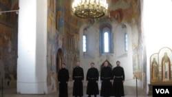 俄罗斯弗拉基米尔州一处东正教堂中的合唱团。(美国之音白桦拍摄)